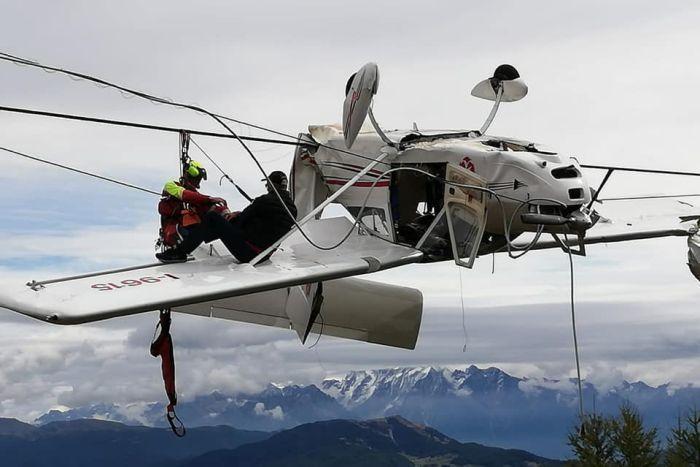 義大利輕型飛機在Prato Valentino山谷出事,倒吊在鋼纜上。取自臉書(...