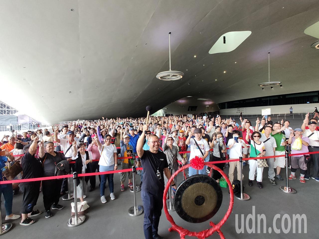 迎接1013開幕周年 衛武營國慶索票大放送 千人湧入排隊