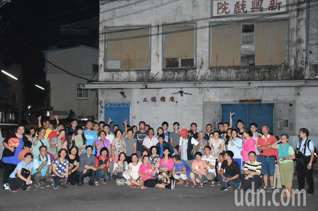 許多民眾參與這場與新興戲院說再見的戶外電影放映活動。記者陳玫伶/攝影