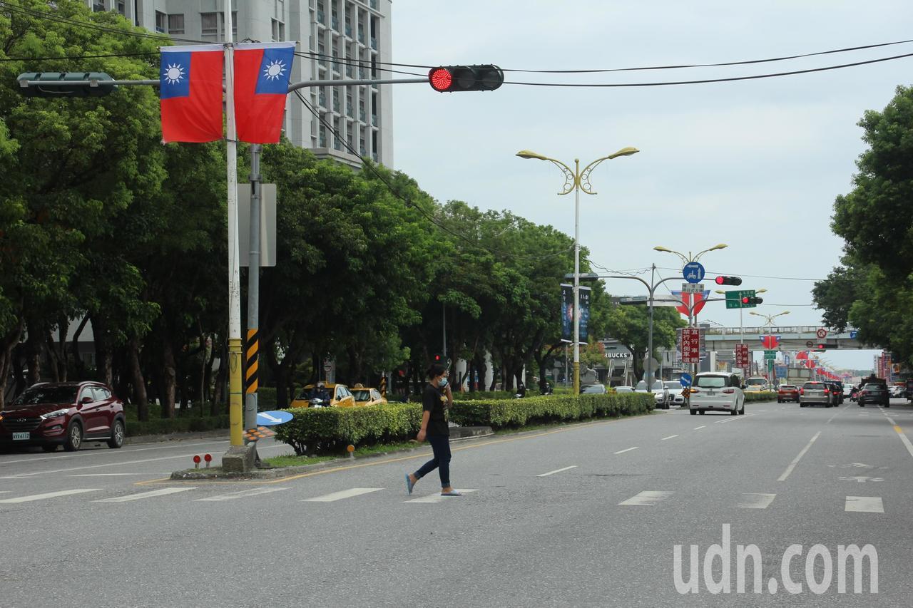 花蓮季節限定美景 10月看國旗滿街飄揚
