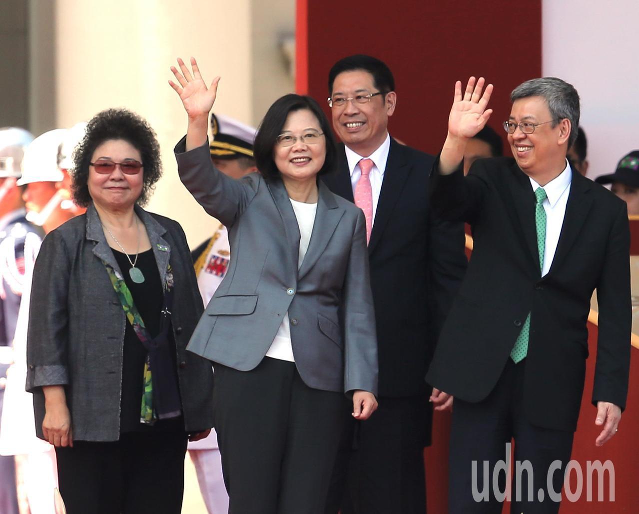 民國108年國慶典禮上午在總統府前舉行,蔡英文總統(左二)、副總統陳建仁(右一)...