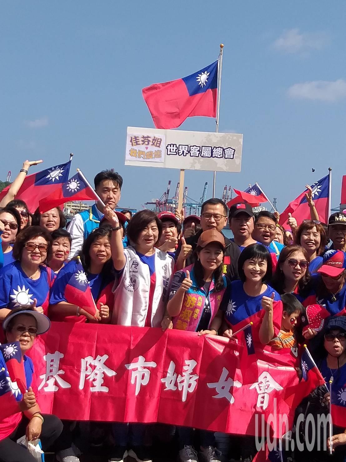 基隆市婦女會今天在海洋廣場舉辦國慶升旗典禮,台北市議員羅智強出席,指2020選戰...