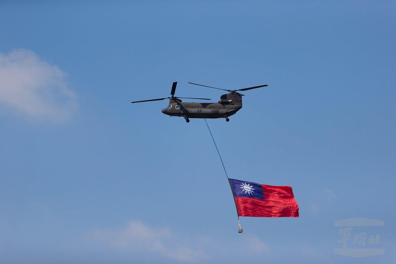 陸軍航特部兩架CH-47SD運輸直升機10日執行國慶操演任務,在國歌聲中,吊掛巨...