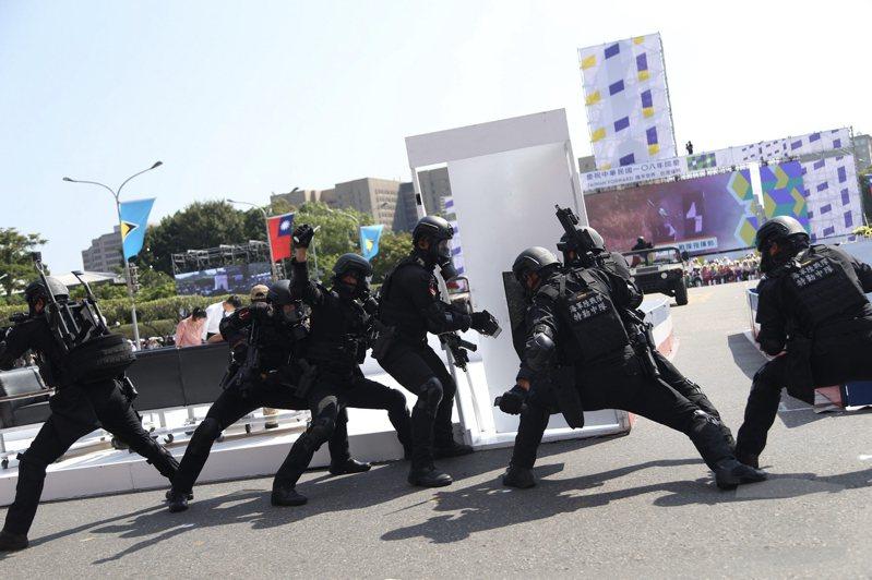 海軍陸戰隊特勤中隊今天在108年國慶大會實施反恐特戰操演。圖/軍聞社