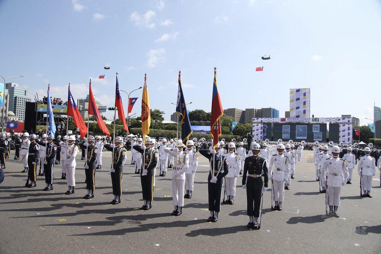 國軍官兵10日在「攜手世界,臺灣耀飛」108年國慶大會上帶來精彩操演。圖/軍聞社