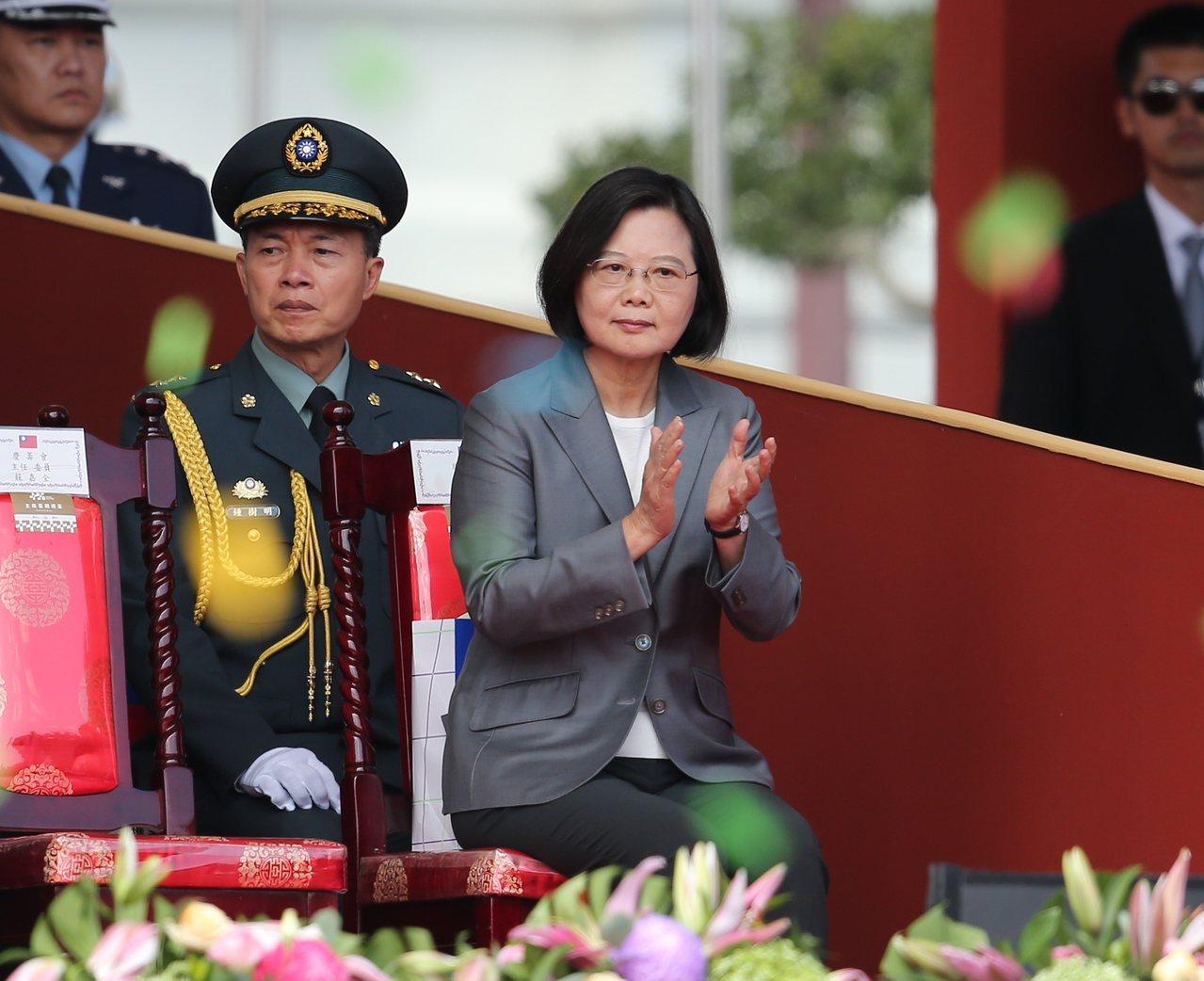民國108年國慶典禮上午在總統府前舉行。蔡英文總統(右)出席致詞。記者林澔一/攝...