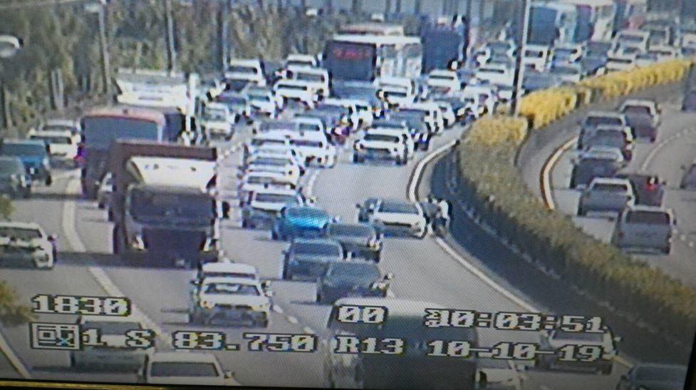 國1南向83K內側2小客車追撞,回堵3公里。圖/高公局提供