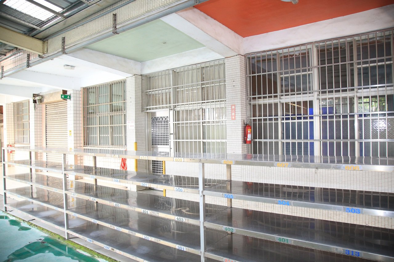 台中大雅國小廚房使用空間狹窄。圖/台中市政府提供