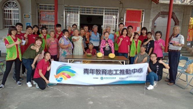 東吳高職生到嘉義六腳鄉潭墘社區長照據點服務,與阿公阿嬤一起活動。圖/青年署提供
