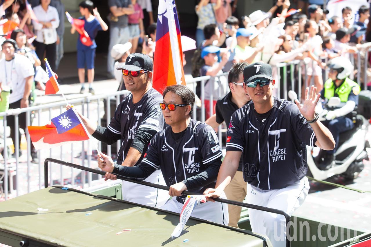 世界12強棒球賽中華隊教練團黃甘霖(左)總教練洪一中(中)王建民(右)乘坐悍馬車...