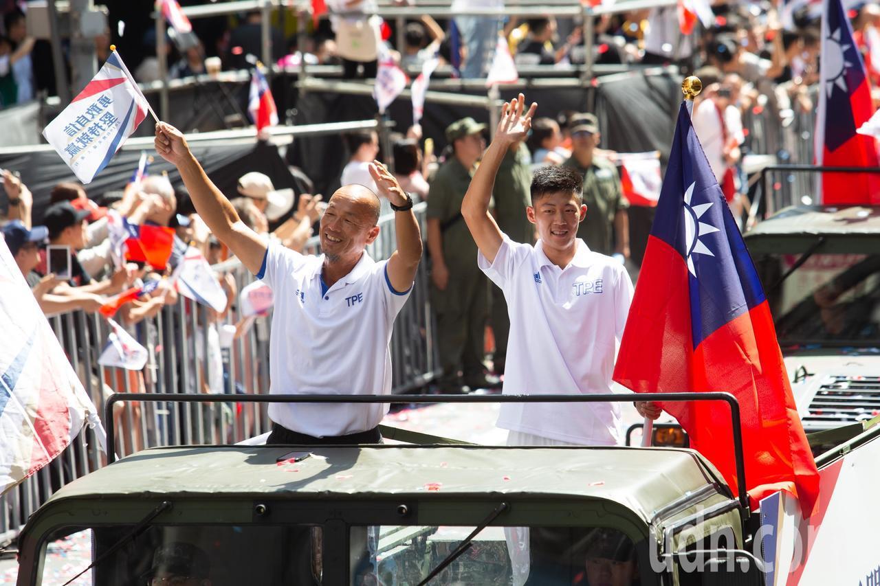 世大運網球男單金牌曾俊欣(右)乘坐悍馬車參與在今日(10日)登場的「2019台灣...