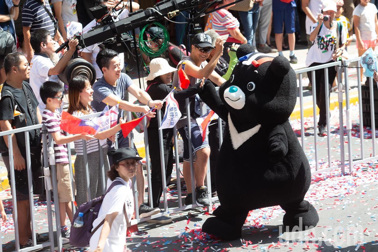 「2019台灣英雄大遊行」在今日(10日)登場,熊讚沿路與民眾擊掌互動。記者季相...