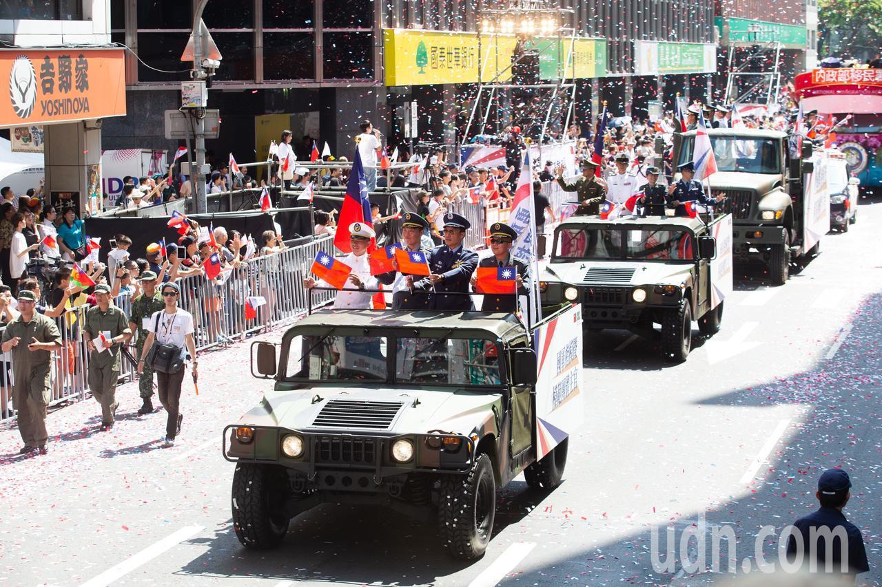 「2019台灣英雄大遊行」在今日(10日)登場,國軍楷模在悍馬車上受到民眾熱烈歡...