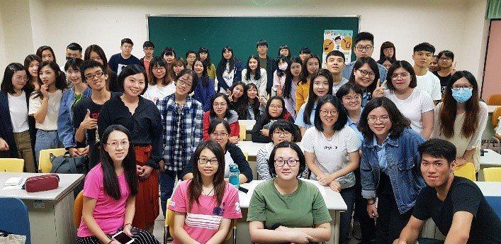 文藻外語大學校友郭玟均返回母校分享國訓中心公關職涯。圖/青年署提供