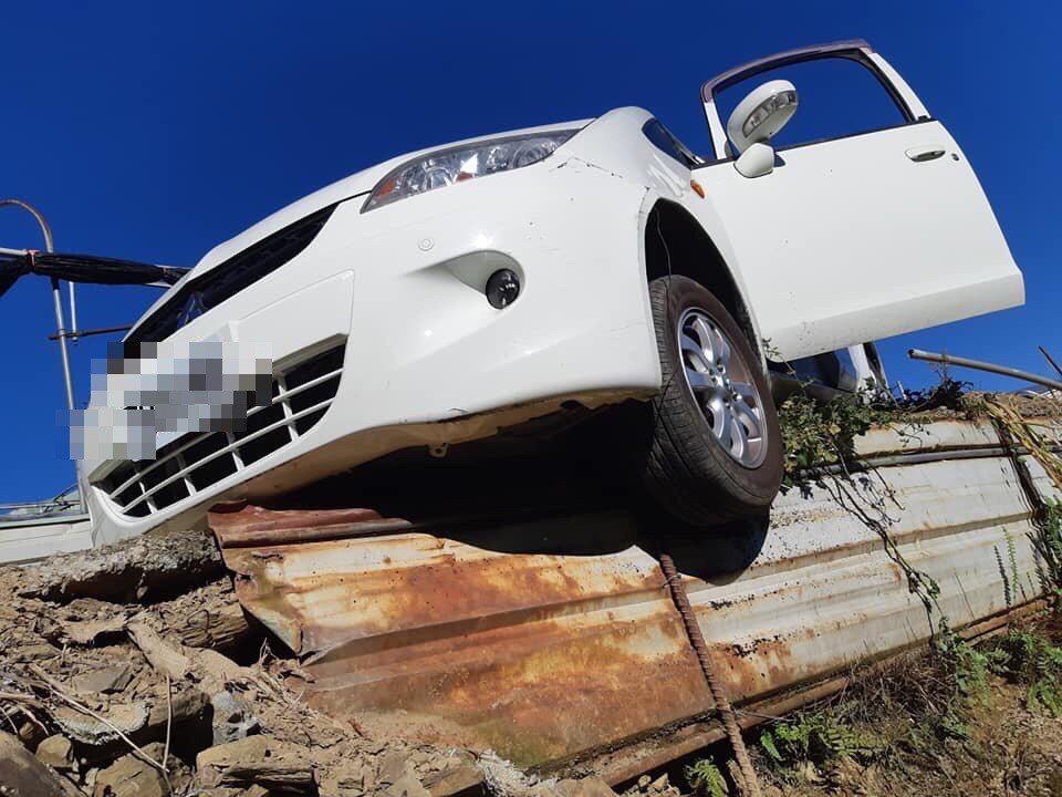 老翁前天南投回花蓮,竟在霧社迷途開上屯原登山口產業道路,一度開到轎車一輪懸空險墜...