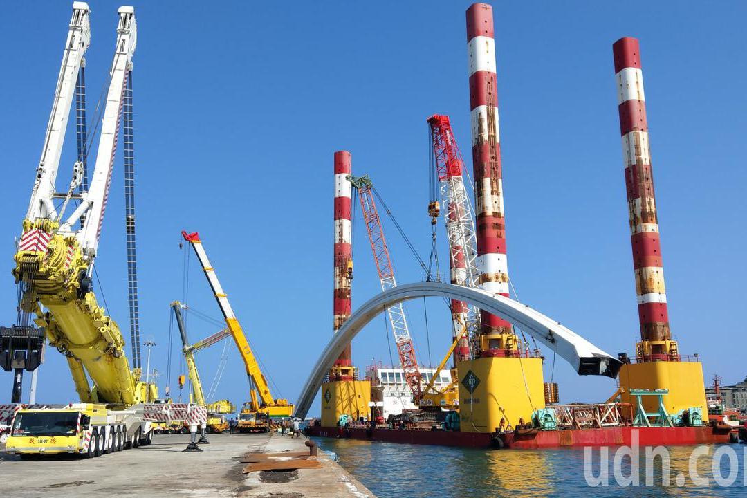 影/跨港斷橋安全運抵蘇澳港 工程團隊「鬆了一口氣」