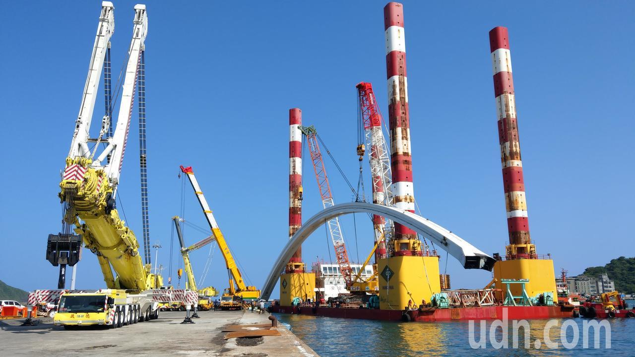 南方澳跨港斷橋橋拱終於安全運抵蘇澳港8號碼頭,現場1200公噸全國最大的吊車,幫...