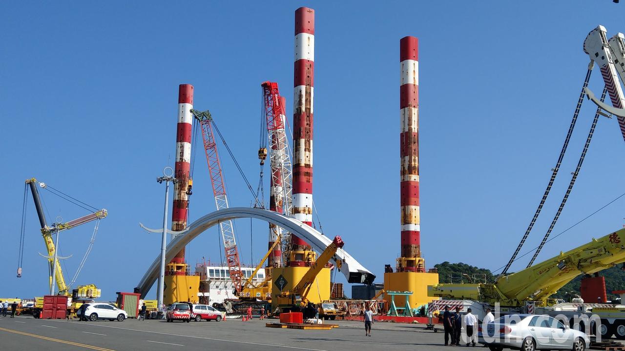 南方澳跨港斷橋橋拱終於安全運抵蘇澳港8號碼頭,工程團隊人員「鬆了一口氣」。 記者...