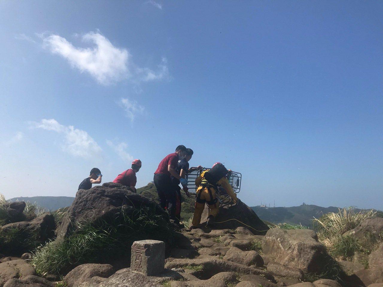 救護人員將登山客運送至東峰山頂,等候救援。記者蕭雅娟/翻攝