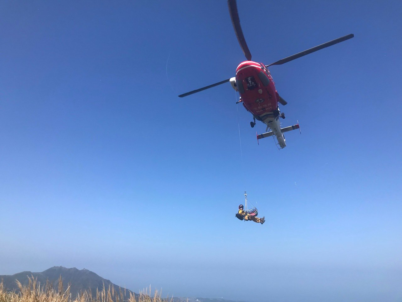 國搜直升機抵達七星山東峰。記者蕭雅娟/翻攝