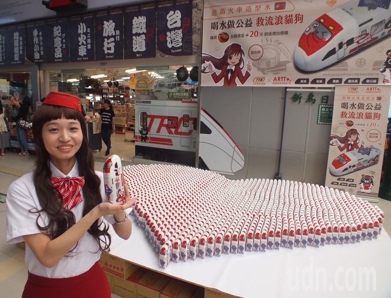 造型水原創設計師正妹、22歲孫靖惠扮「快車小姐」,拿著自己設計的可愛造型水向過往...