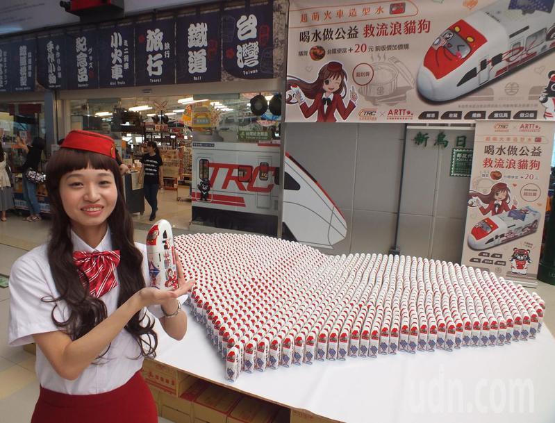 造型水原創設計師正妹、22歲孫靖惠扮「快車小姐」,拿著自己設計的可愛造型水向過往旅客宣傳。記者趙容萱/攝影