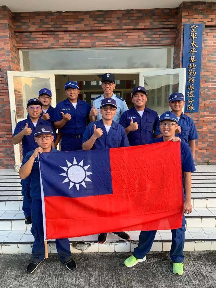 駐太平島官兵國慶升旗前,先與國旗合影。圖/取自空軍司令部臉書