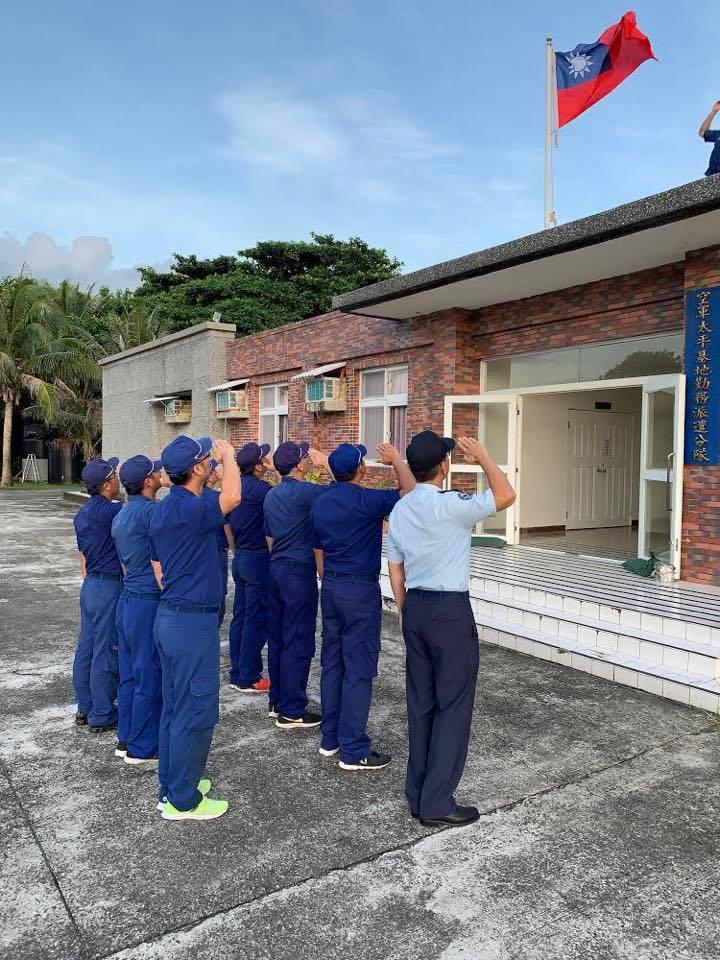空軍駐太平島官兵,在國慶日當天升旗。圖/取自空軍司令部臉書