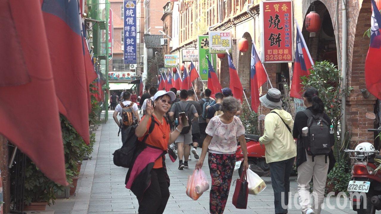金城鎮模範街原本整條街的兩側,分別插滿一整排的五星旗和青天白日滿地紅國旗,到了今...