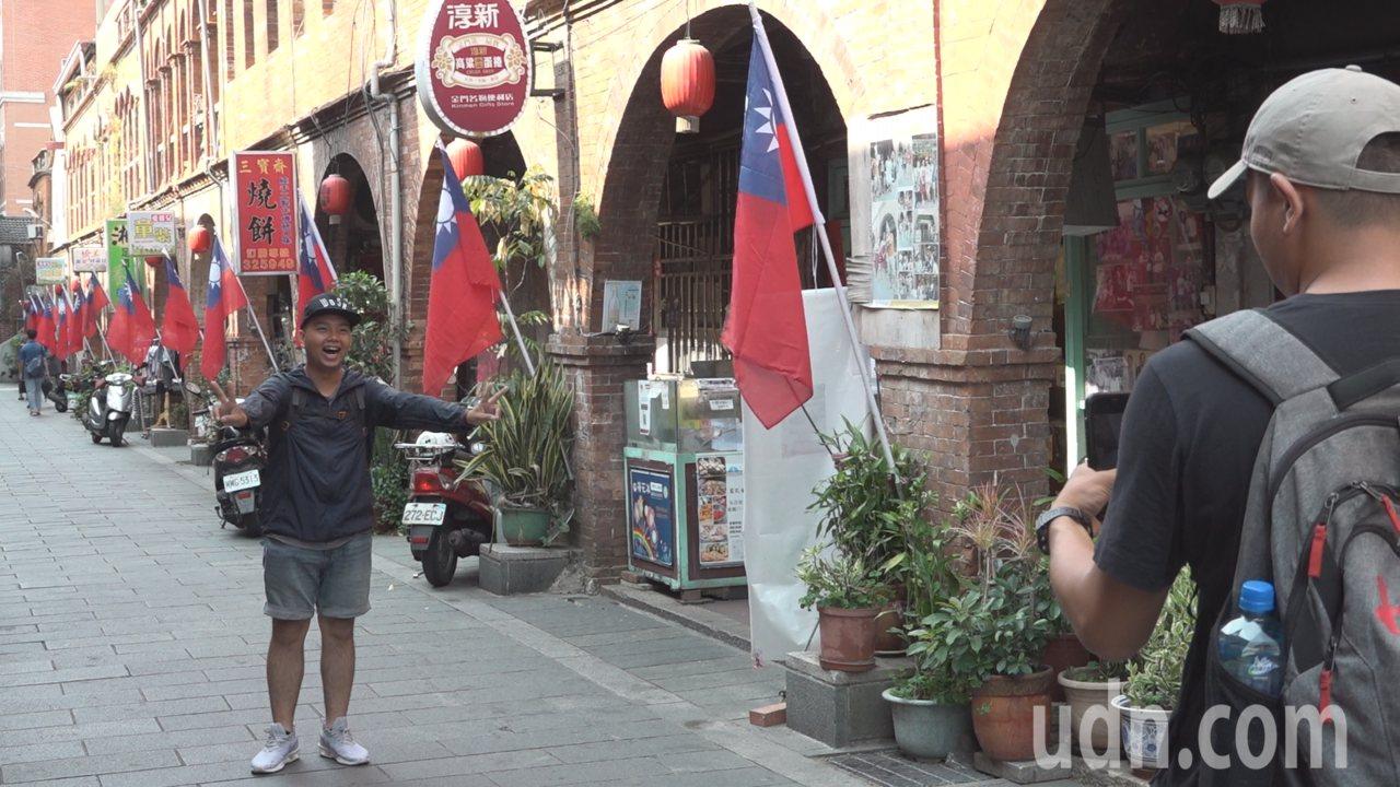 金城鎮模範街昔日是整條街的兩側,分別插滿一整排的五星旗和青天白日滿地紅國旗,到了...