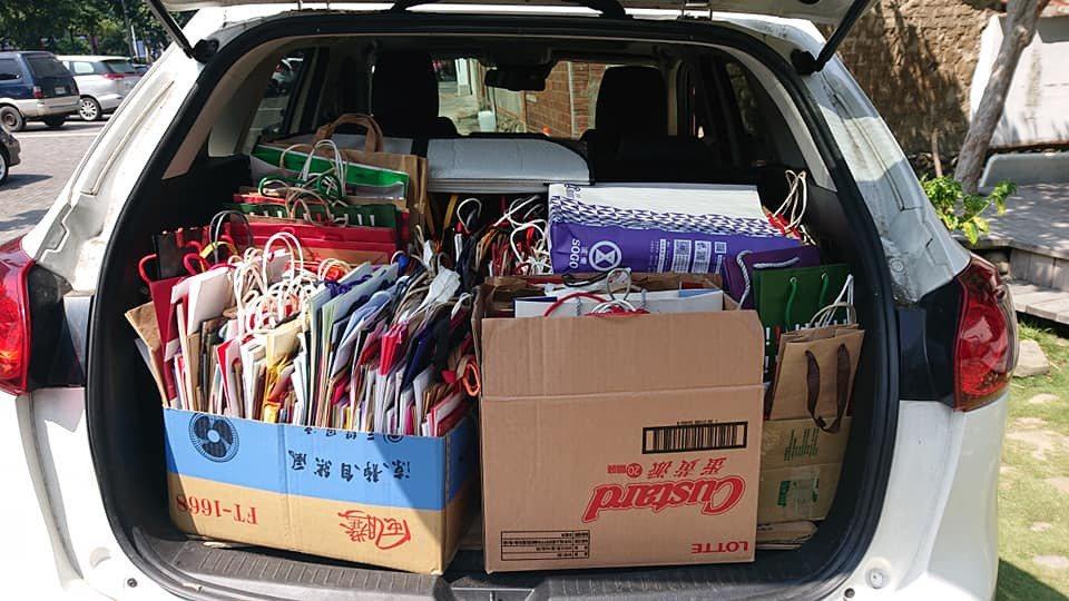 東安古橋市集希望朝低塑市集邁進,從市集開幕約一周前就開始徵求「回收紙袋」,受到民...