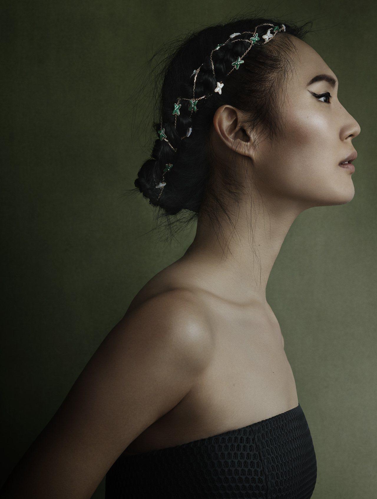 Jeux de Liens長項鍊也能變成髮飾來配戴,反轉了高級珠寶的可應用性。圖...