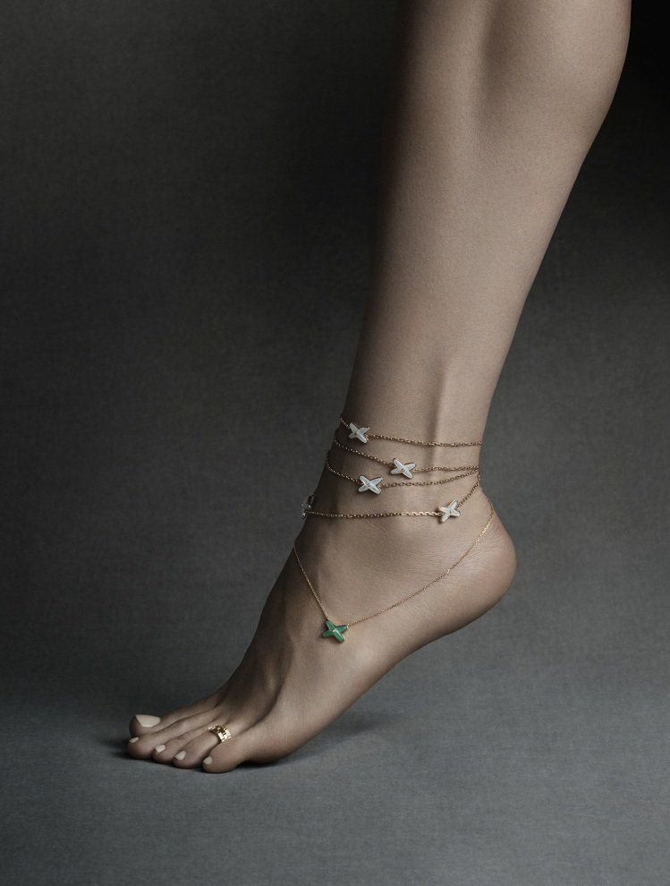 Jeux de Liens和Liens Séduction系列的項鍊戴在腳踝上,...
