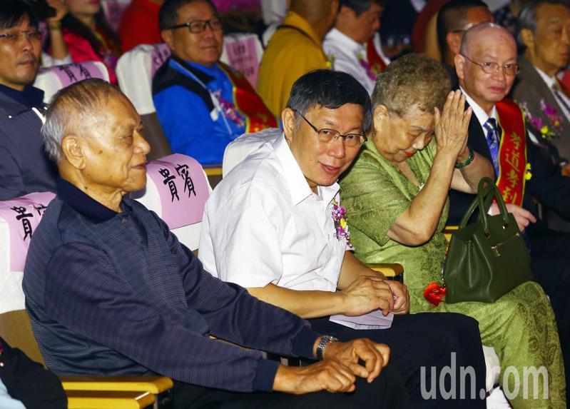 柯文哲與柯爸柯媽下午一同出席第一屆中華孝親楷模表揚活動。記者杜建重/攝影