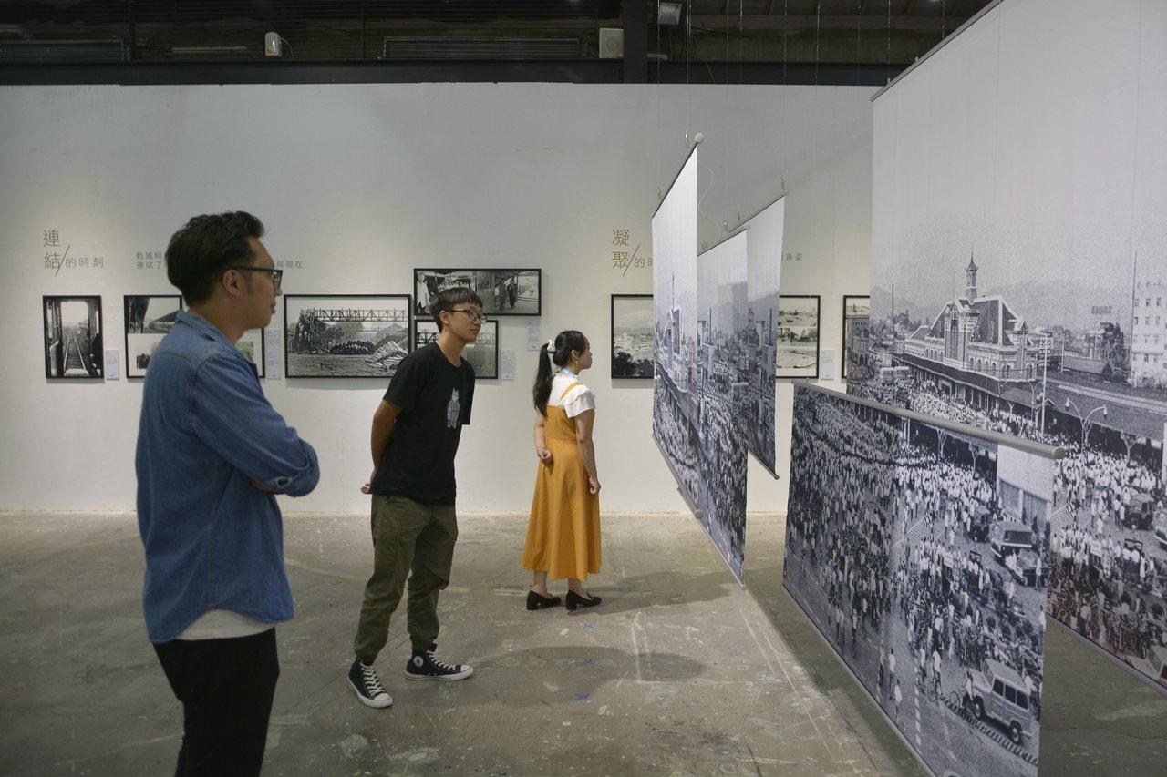 台中車站20號倉庫展出攝影名家余如季的作品展,當年金龍少棒隊凱旋歸國的畫面,都留...