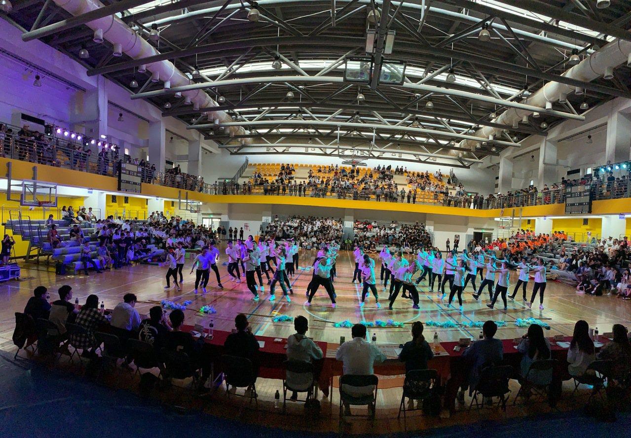 金大新生透過毛毛蟲舞蹈比賽,展現創意與活力,為金大師生、金門鄉親帶來豐富的視覺饗...