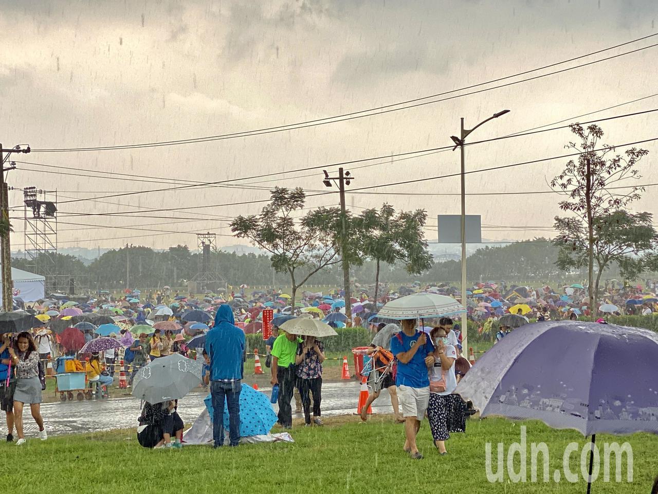 屏東河濱公園下午四點降下大雨,賞焰火民眾紛紛逃竄躲雨。記者江國豪/攝影