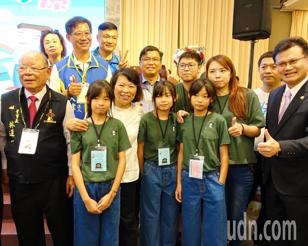 嘉義市長黃敏惠(前拍左三)與三胞胎合照。記者李承穎/攝影