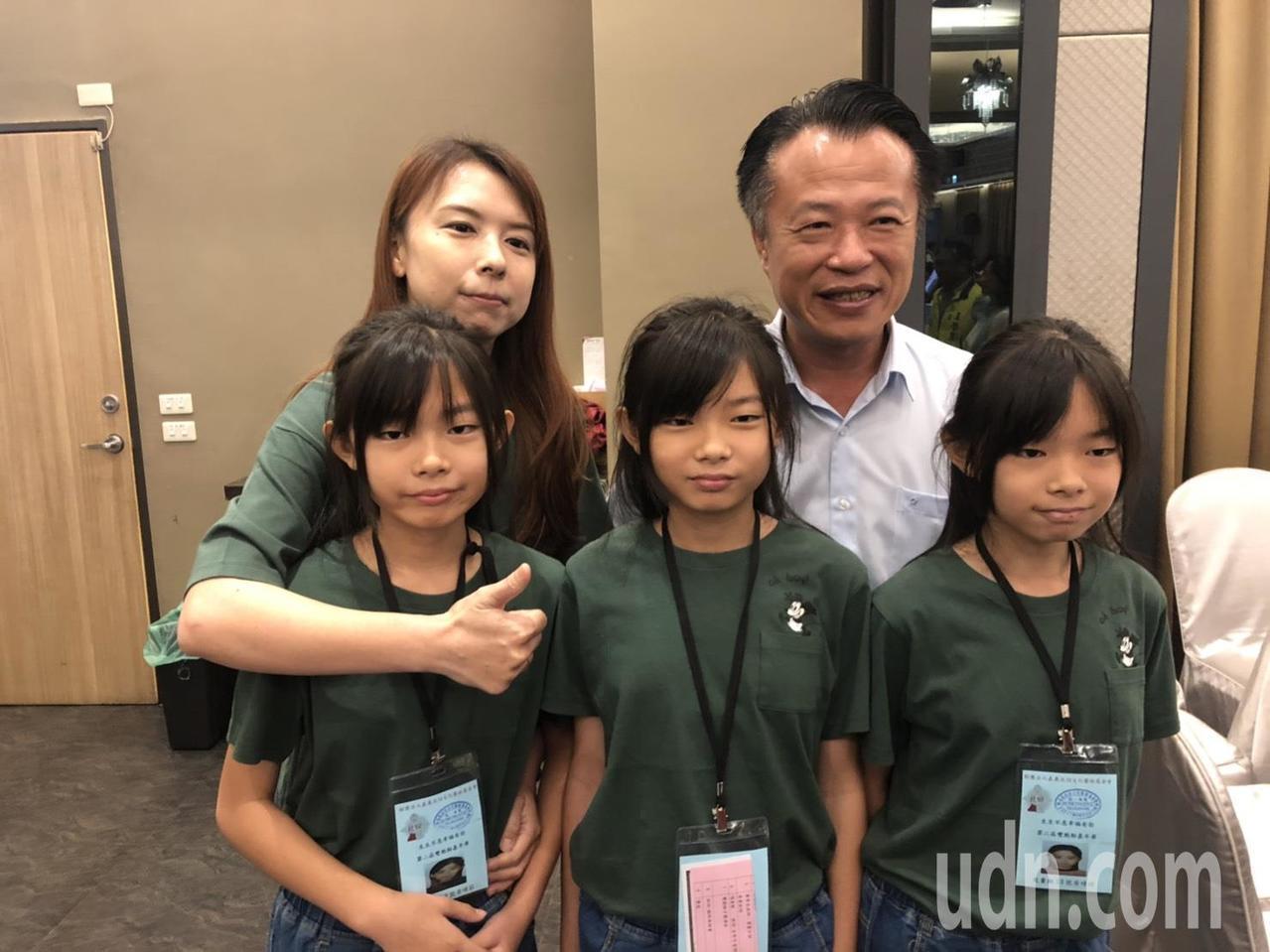 嘉義縣長翁章梁(後排右一)與三胞胎家庭合照。記者李承穎/攝影