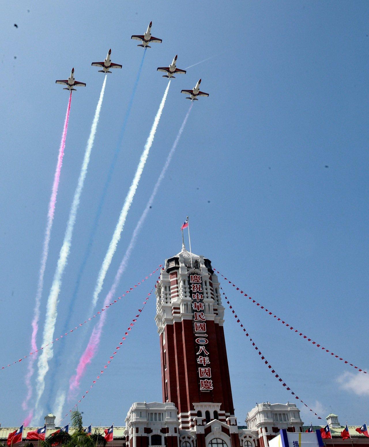 國慶大會的壓軸演出是國機國造的空軍經國號戰機、雷虎小組AT3教練機,分別以5機組...