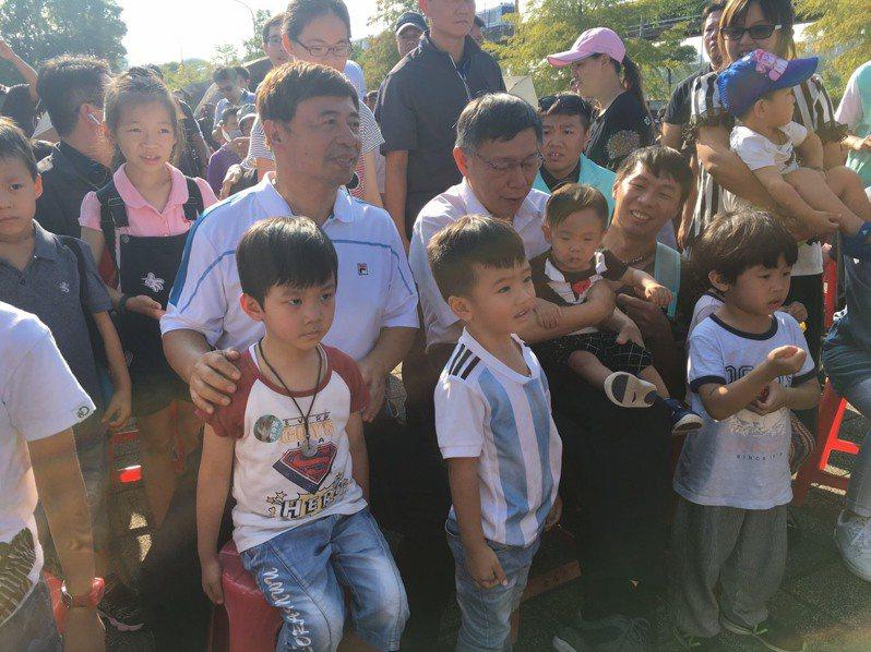台北市長柯文哲(二排左4)輔選民眾黨參選人不遺餘力,下午到文山區動物園外替張幸松(二排左3)站台。記者魏莨伊/攝影