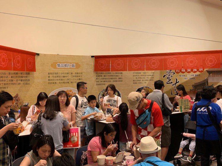 國慶連假首日,人潮擠滿「台南府城美食祭」。圖/新光三越提供