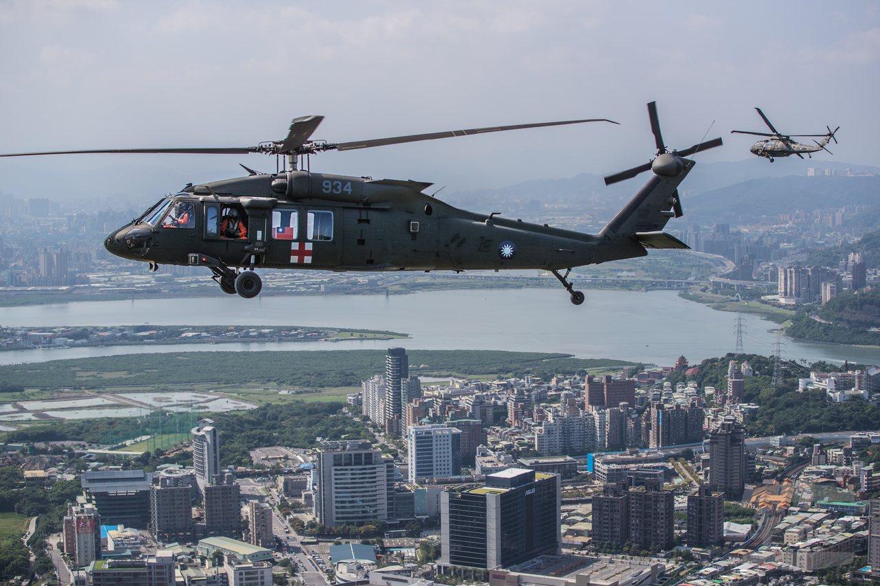 黑鷹直升機飛在關渡平原上空,注意右方的預備機正脫離編隊。圖/軍聞社