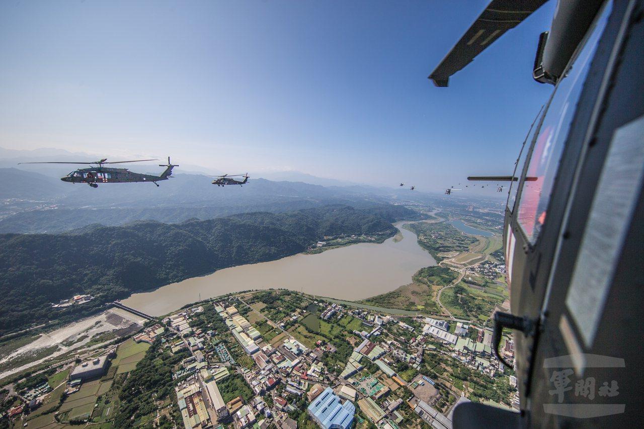 直升機群由龍潭起飛後,飛越大漢溪的鳶山堰。圖/軍聞社