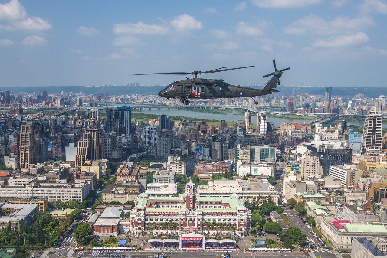 黑鷹直升機通過總統府前。圖/軍聞社