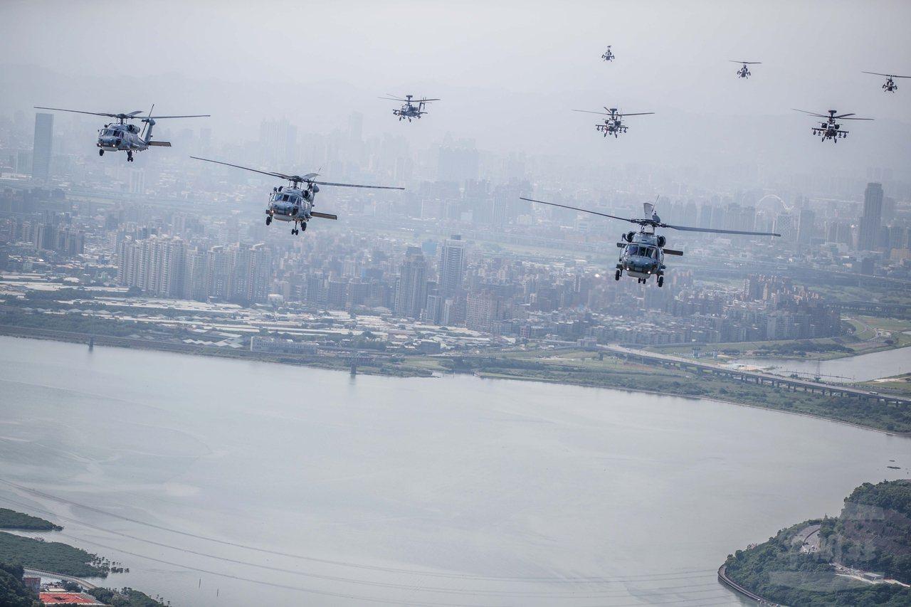直升機群飛越淡水河。圖/軍聞社