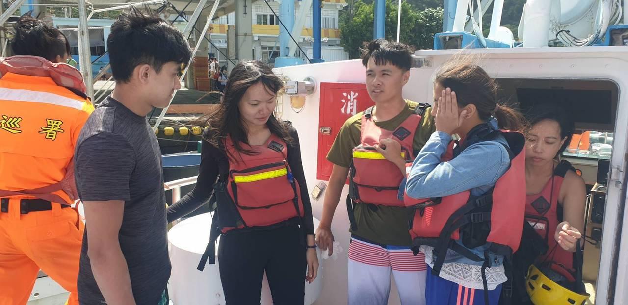 23人到東澳划獨木舟遇浪,造成1艘獨木舟翻覆,蘇澳海巡隊將遊客救起送上岸。 圖/...