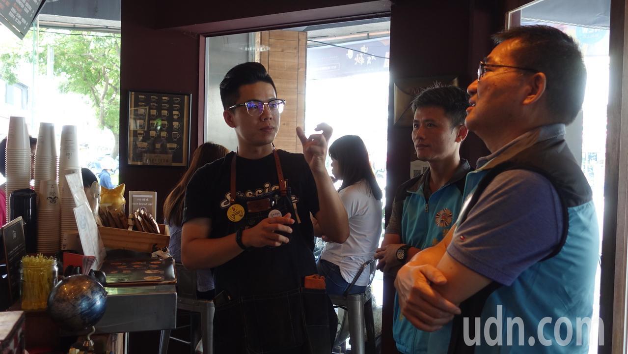苗栗縣在地青年江貫宇(左)曾擔任志願役8年多,3年多前退役後,創業開咖啡店,他也...