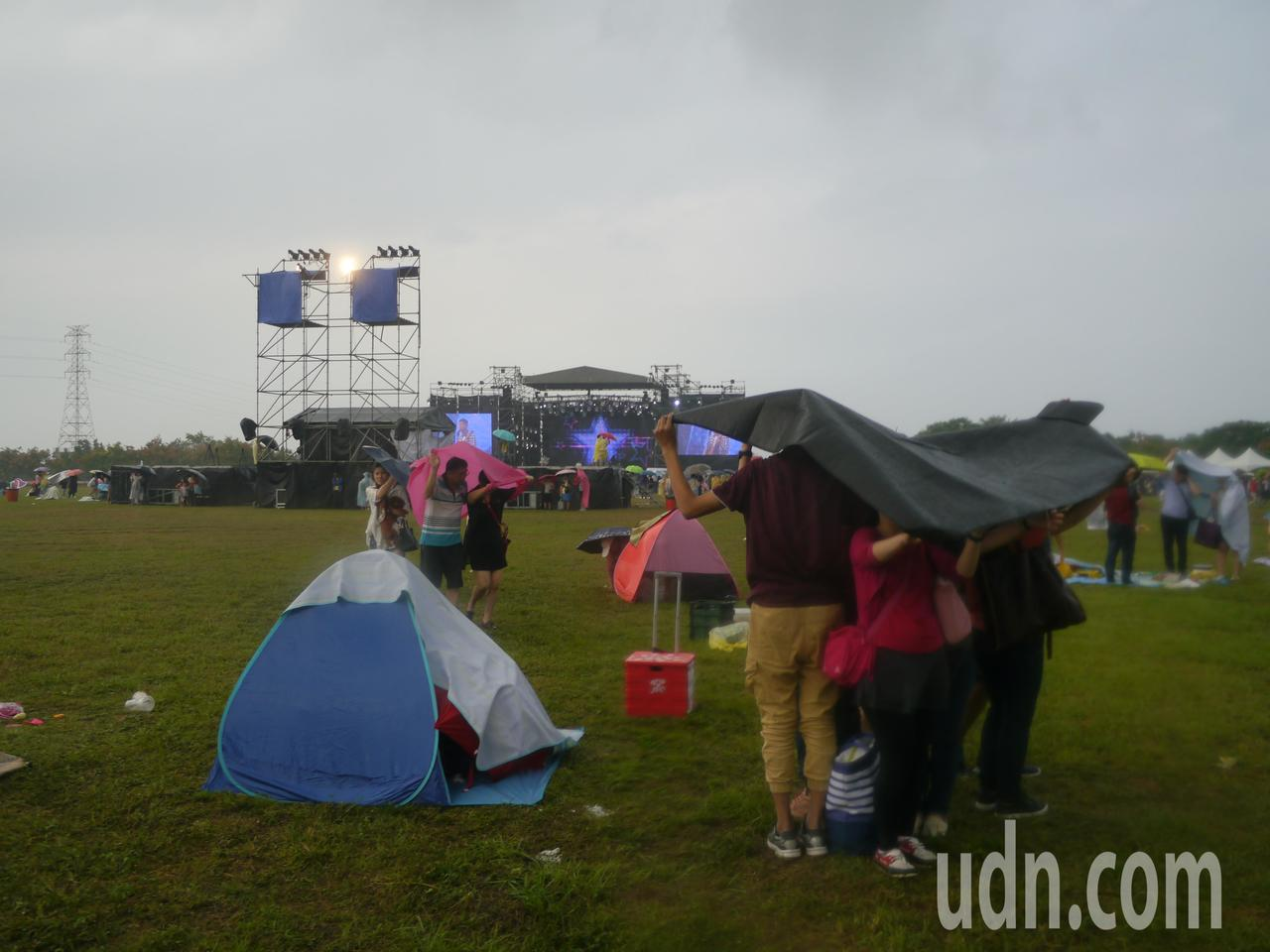 天公不作美,舊鐵橋音樂會突然下大雨。記者徐白櫻/攝影