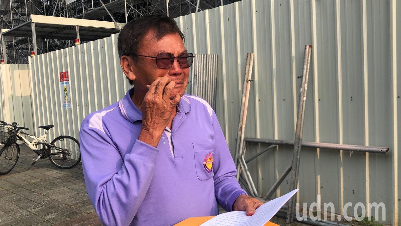 王貴禾交保後痛哭,他說,只是想守護行善團,但卻被解聘。記者李承穎/攝影